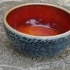Na objednání - 150 Kč mistička modrá, dlabaná s červenou glazurou, doba dodání 3  týdny